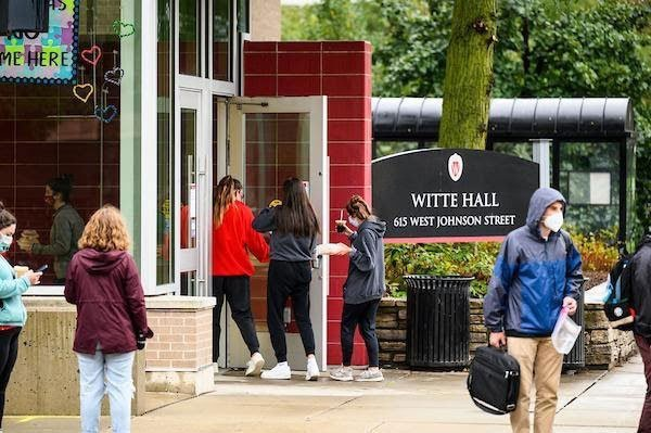 students wearing masks entering Witte Hall